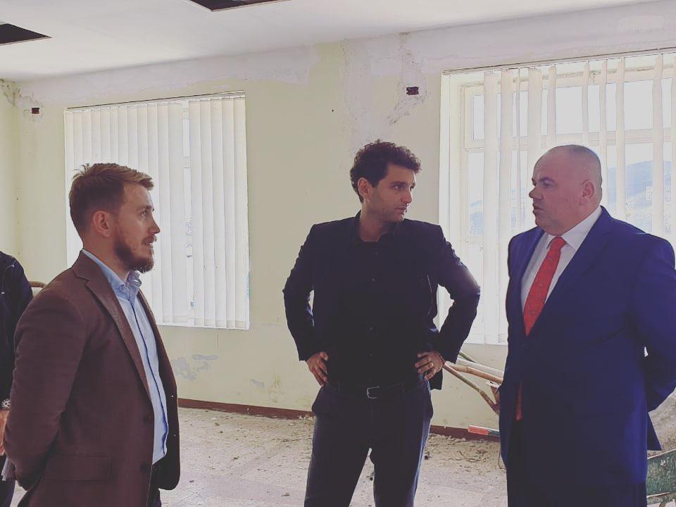 """Kryetari  i Bashkise Kukës Safet Gjici dhe Drejtori i ADISA në ambjetentet e zyrës """"One Stop Shop"""" që po bëhet realitet nëBashkinë Kukës"""