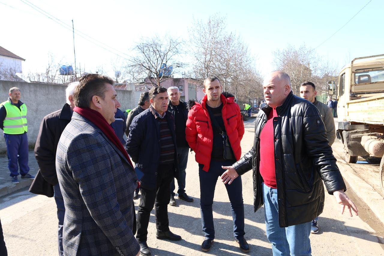Kryetari i Bashkisë Kukes Safet Gjici inspekton punimet ne lagjen e re për rregullimin e trotuareve përballë hyrjes së tregut agro-ushqimor.