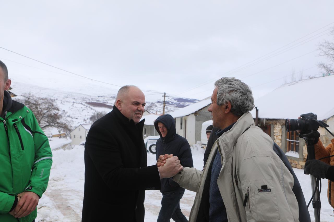 Kryetari i Bashkisë Kukes Safet Gjici monitoron nga afër punën për pastrimin e aksit rrugor Kukes-Shishtavec