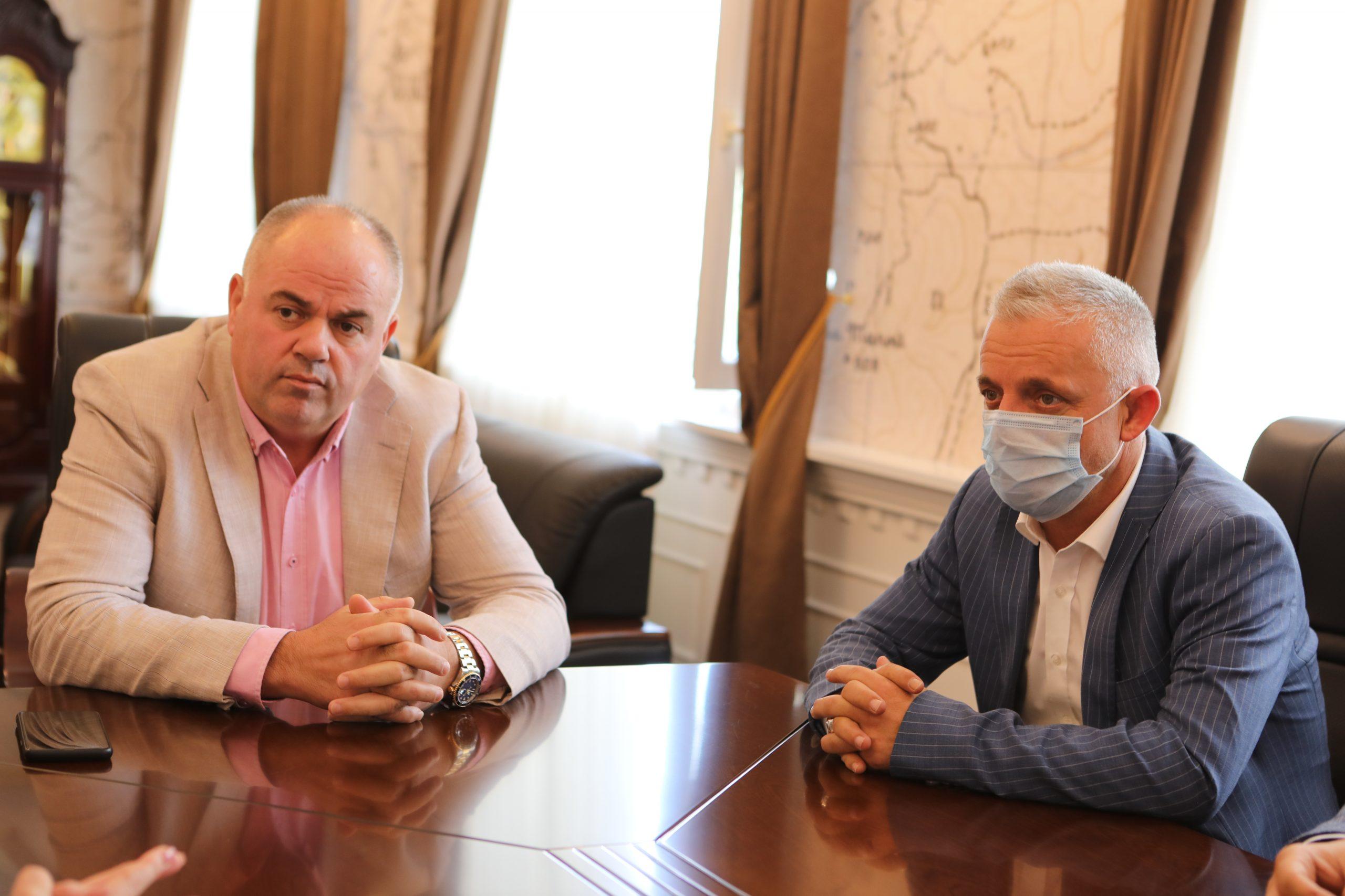 """Kryetari i Bashkisë Kukës z.Safet Gjici ,së bashku me Kryetarin e Shoqatës """"Jetimët e Ballkanit"""" z. Halil Kastrati dorëzuan 10 çelësa të banesave të familjeve në nevojë"""