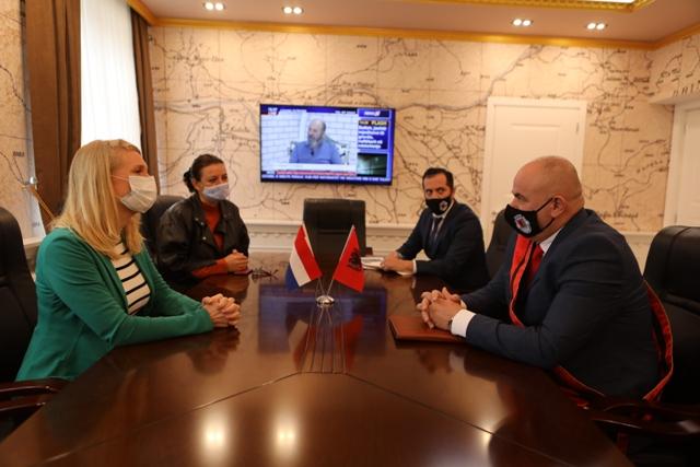 Kryetari i Bashkise Safet Gjici, priti sot ne zyren e tij Ambasadoren e Hollandes ne Shqiperi, znj. Guusje Korthals Altes.