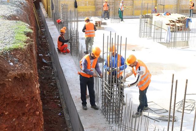 Kryetari i Bashkisë Kukës Safet Gjici, inspekton nga afër ecurinë e punimeve në ndërtimin e banesave sociale