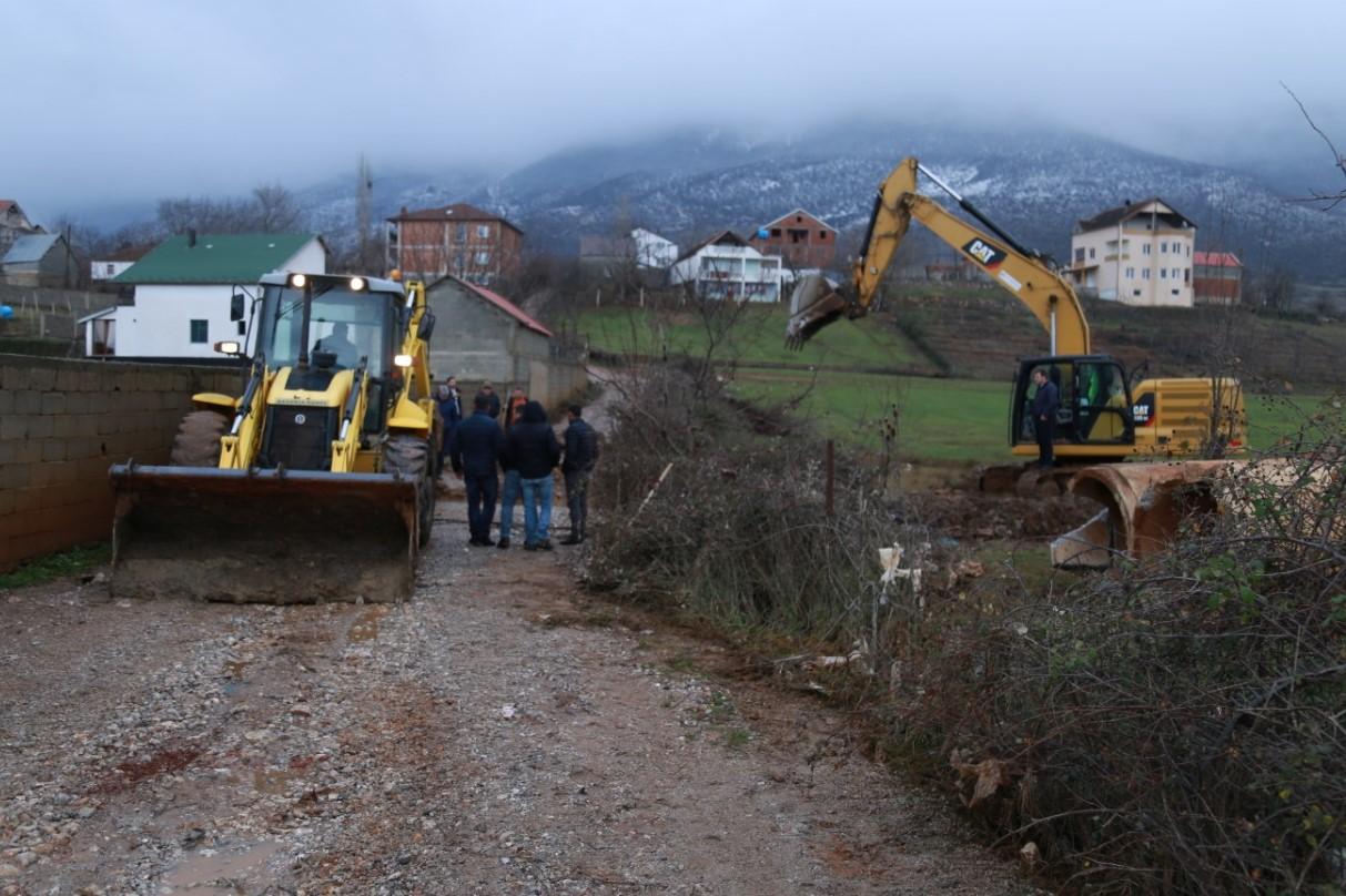 Nderhyrje per pastrimin e kanalit kryesor kullues pranë Aeroportit në fshatin Shtiqën