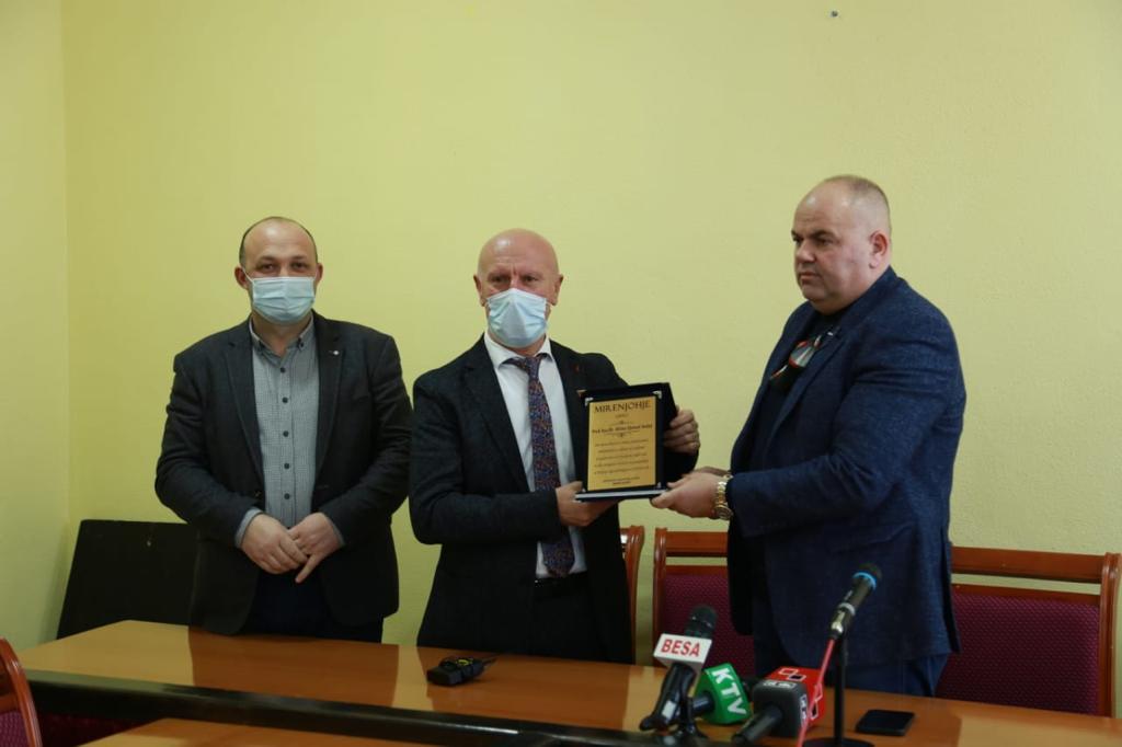 Kreu i Bashkisë Kukës i jep titull Mirënjohje doktorit të Prizrenit Z. Afrim Avdaj