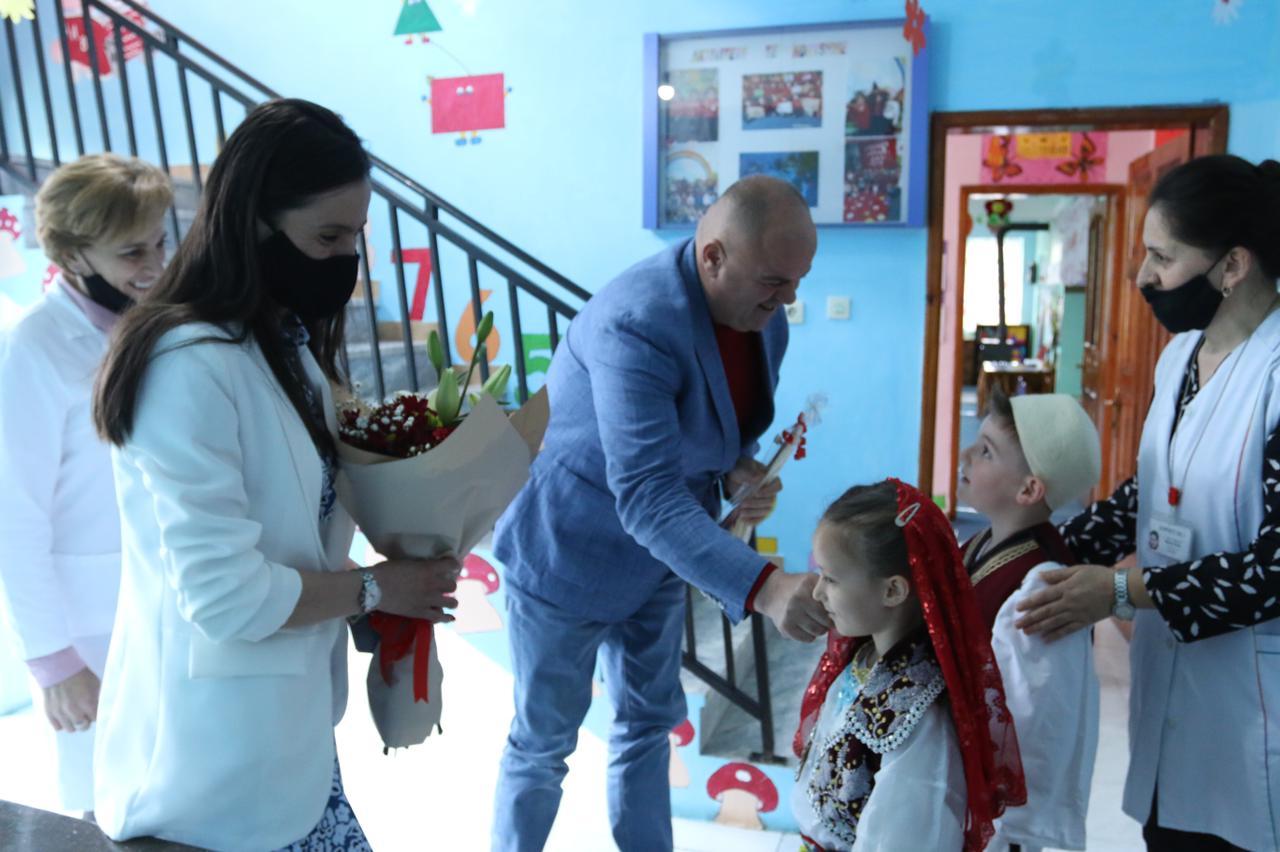 Kryetari i bashkisë falenderon prindërit që kanë financuar në përmirësimin në kopshtet e qytetit të Kukësit