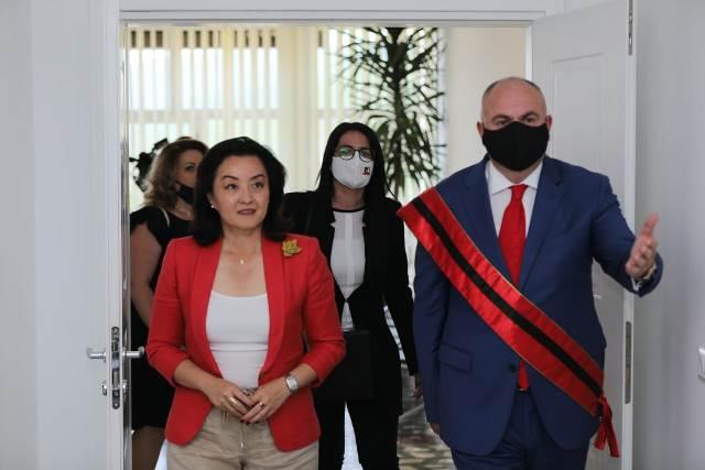 Kryetari i Bashkisë priti në një takim zyrtar Ambasdoren e SHBA-së në Tiranë