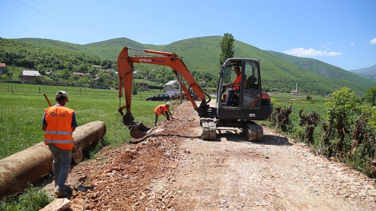 Fillon puna për asfaltimin e rrugës në fshatin Bushat