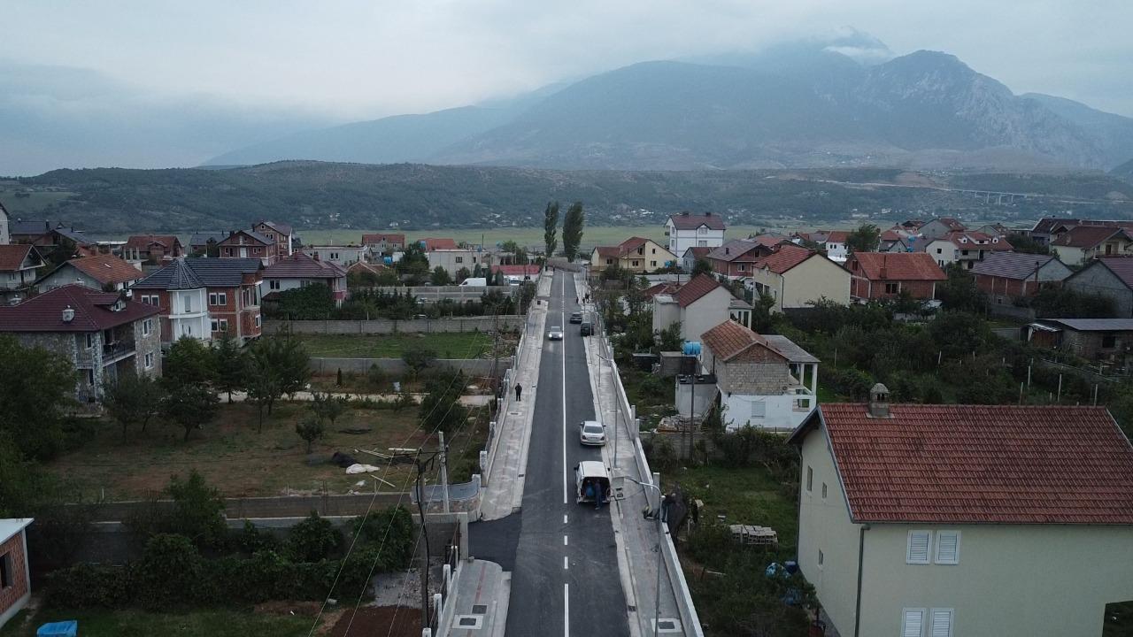 """Kryetari i bashkisë Kukës z.Safet Gjici insepektoi përfundimin e punimeve të asfaltimit të rrugës """"Rilindja"""" në lagjen e re"""